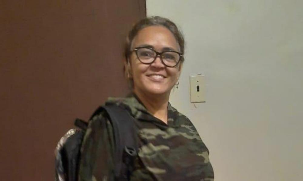Lenilda Pereira Oliveira dos Santos aparece sorrindo e usando óculos