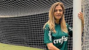 Leila Pereira abraça trave após empate contra o Atlético-MG