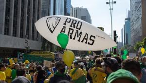 Um grande balão com a mensagem Pró-Armas se destaca na avenida Paulista, durante manifestação