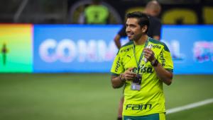 O técnico do Palmeiras sorrindo em jogo contra o Altético-MG