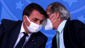 Paulo Guedes se inclina e fala ao pé do ouvido de Bolsonaro