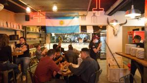 Movimentação de pessoas em restaurantes na região da Vila Olímpia na zona sul de São Paul