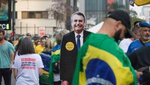 Um boneco de papelão de Bolsonaro em tamanho real decora a manifestação de 7 de setembro na Avenida Paulista