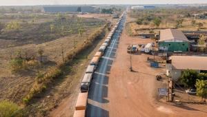 Fila de caminhões em estrada que dá acesso ao Mato Grossoda