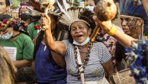 Com chocalhos e cocares, índios se manifestam em acampamento montado em Brasília para acompanhar votação do STF