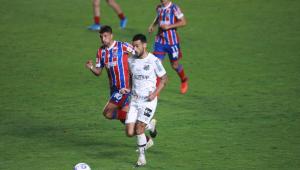 Jogadores disputam bola na Vila