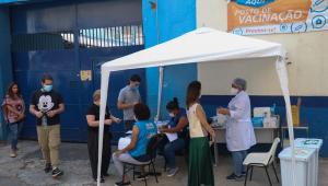 Movimentação na UBS Boracea, na zona oeste de São Paulo (SP), nesta segunda-feira (27). Pessoas procuram o posto para ter acesso às doses da vacina contra a Covid-19