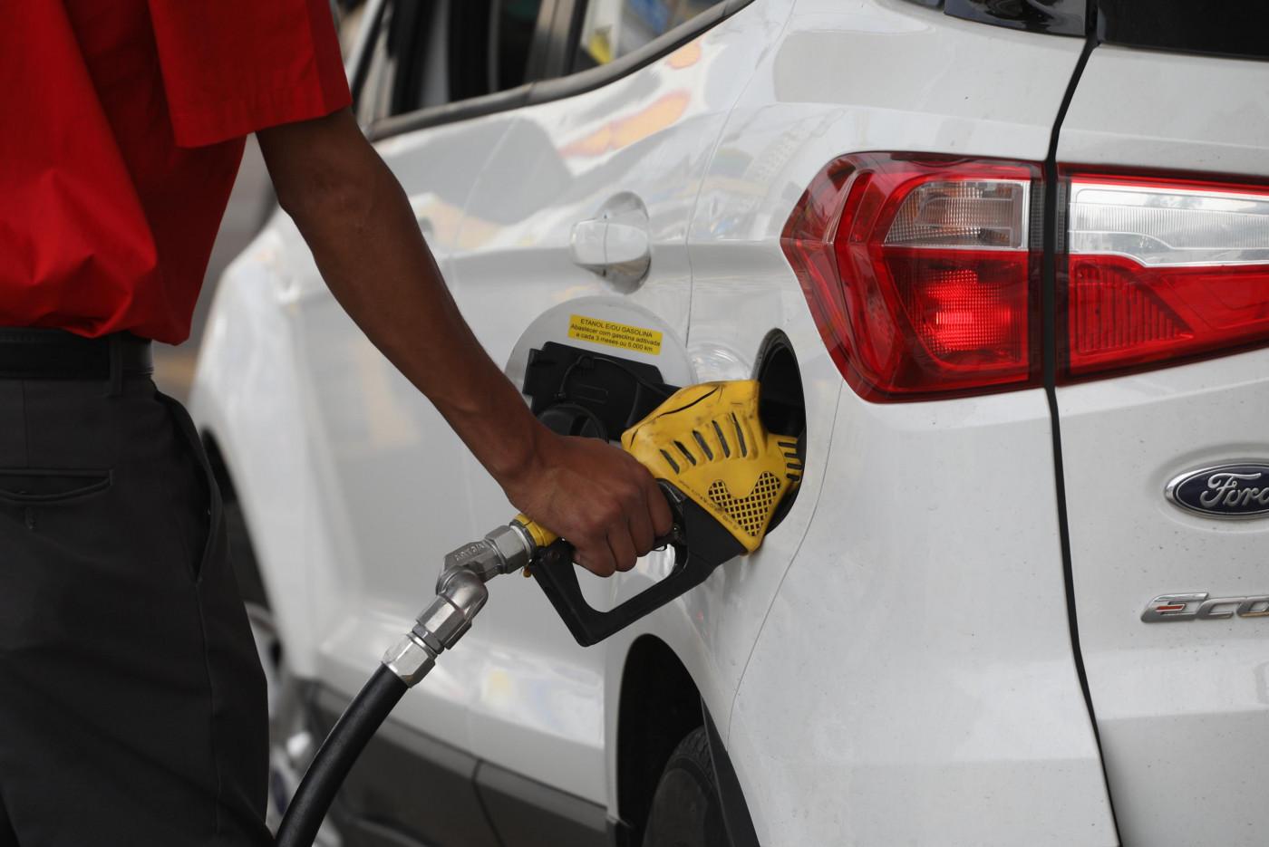 Frentista coloca combustível em carro