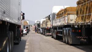 Fila de caminhões na BR-381
