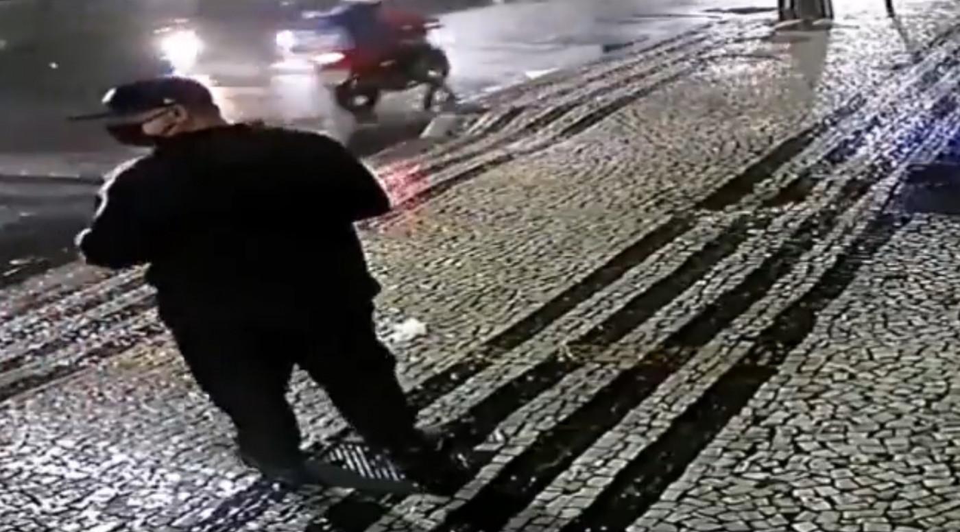 homem que jogou bomba em consulado anda na rua