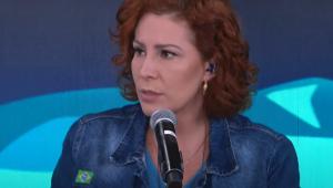 Carla Zambelli fala ao microfone no estúdio do programa Pânico