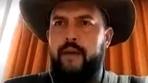 Zé Trovão está a frente de uma cortina laranja