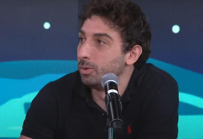 Mionzinho fala ao microfone no estúdio do programa Pânico