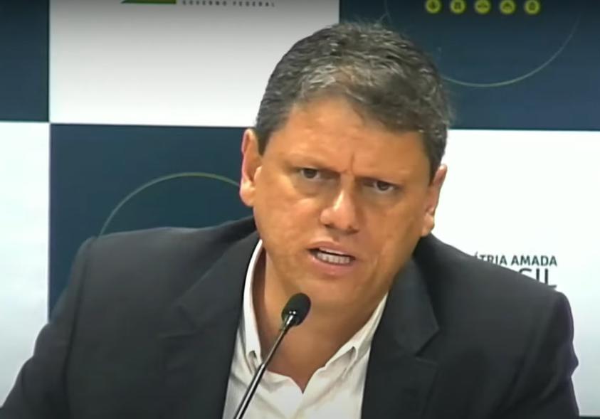 Tarcísio de Freitas fala no microfone