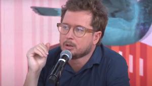 Leandro Narloch fala no microfone do programa Pânico