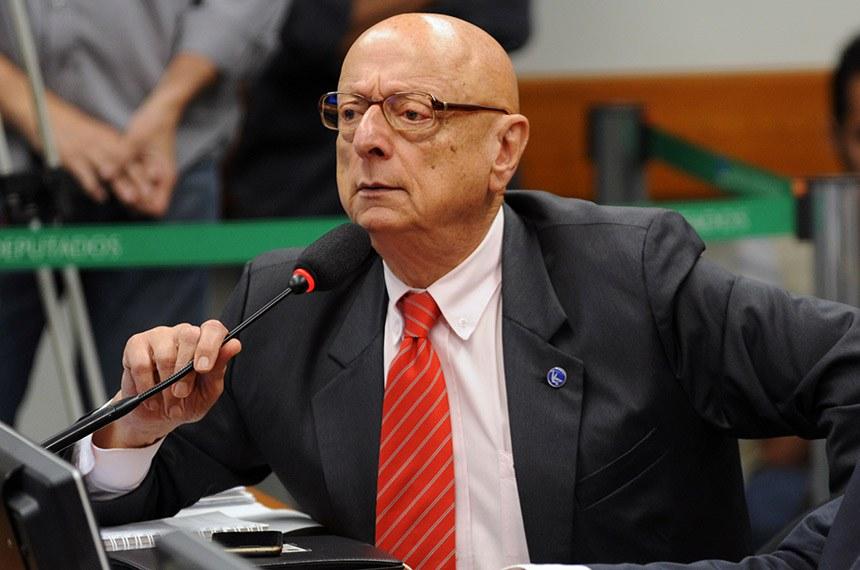 O senador Esperidião Amin enquanto deputado federal discursando no plenário da Câmara dos Deputados