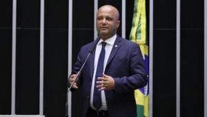 Deputado Vitor Hugo usa terno azul, camisa branca e máscara azul no plenário da Câmara