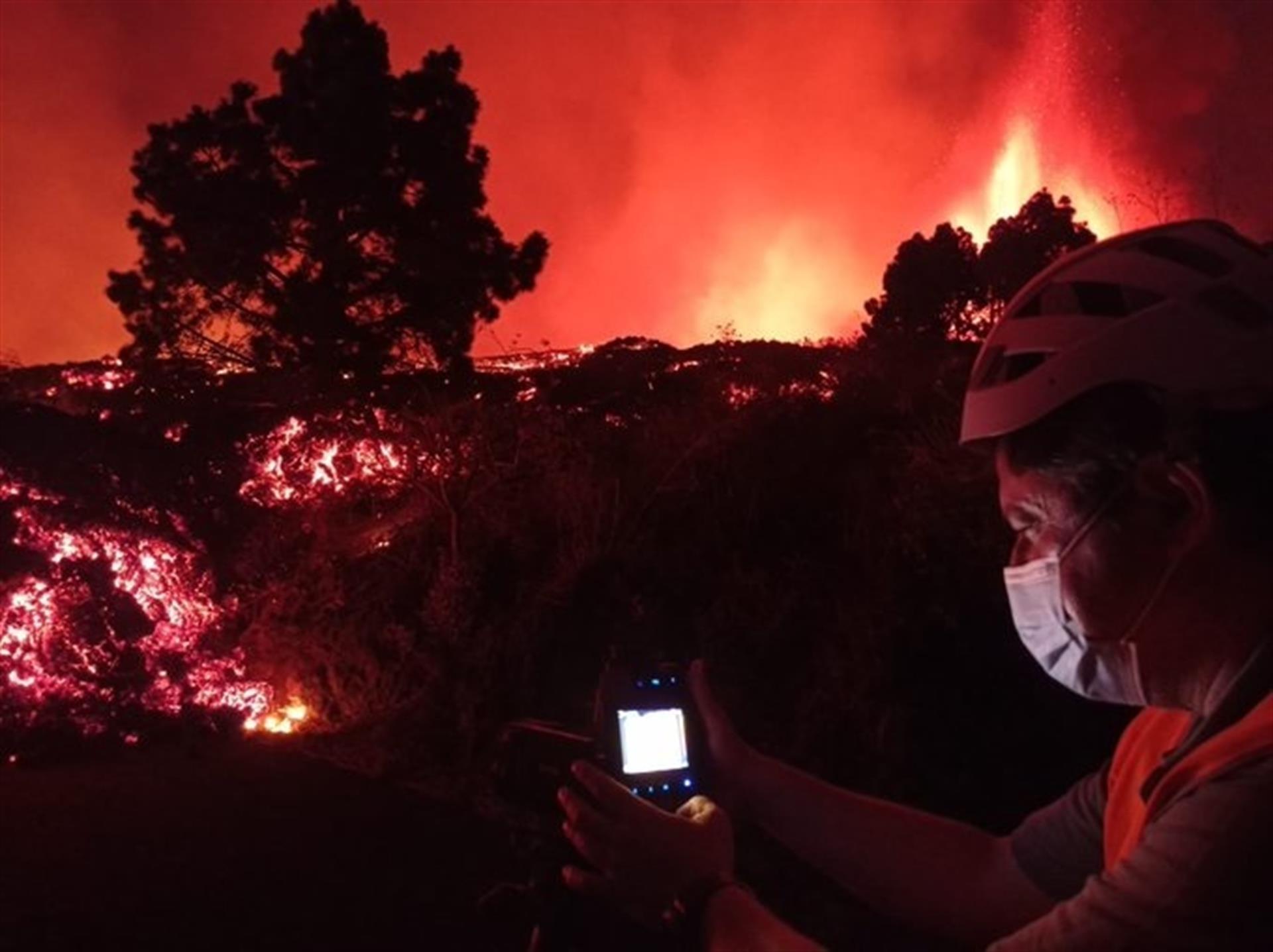 Técnicos do governo espanhol acompanham desenvolvimento da erupção do vulcão Cumbre Vieja