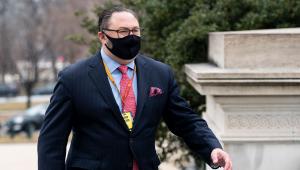 Jason Miller caminhando de máscara