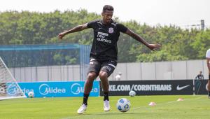 Jô durante treino no Corinthians