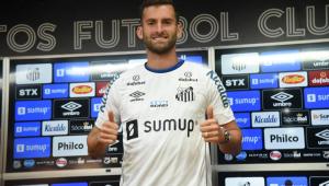 Léo Baptistão foi apresentado como reforço do Santos