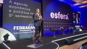 Em pé, Arthur Lira discursa em um Congresso organizado pela Febraban,; no painel de trás se lê o nome da federação, a palavra esfera e a mensagem Agenda Política do Segundo Semestre