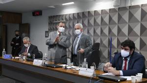 Senadores dialogam durante oitiva de depoente na CPI