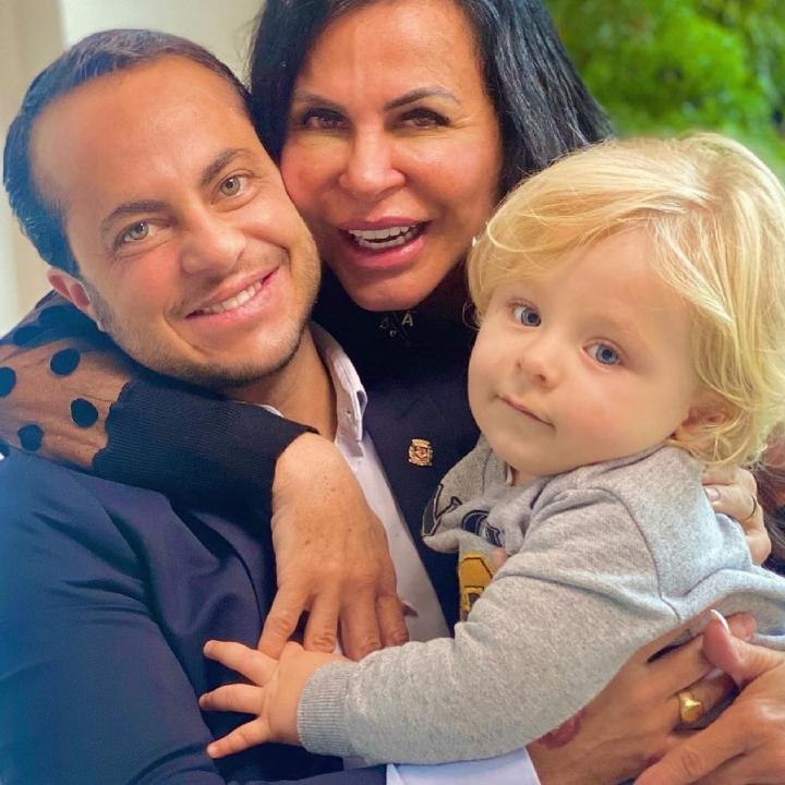 Gretchen abraçando o filho, Thammy, e o neto, Bento
