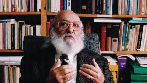 Paulo Freire de terno gesticulando enquanto fala