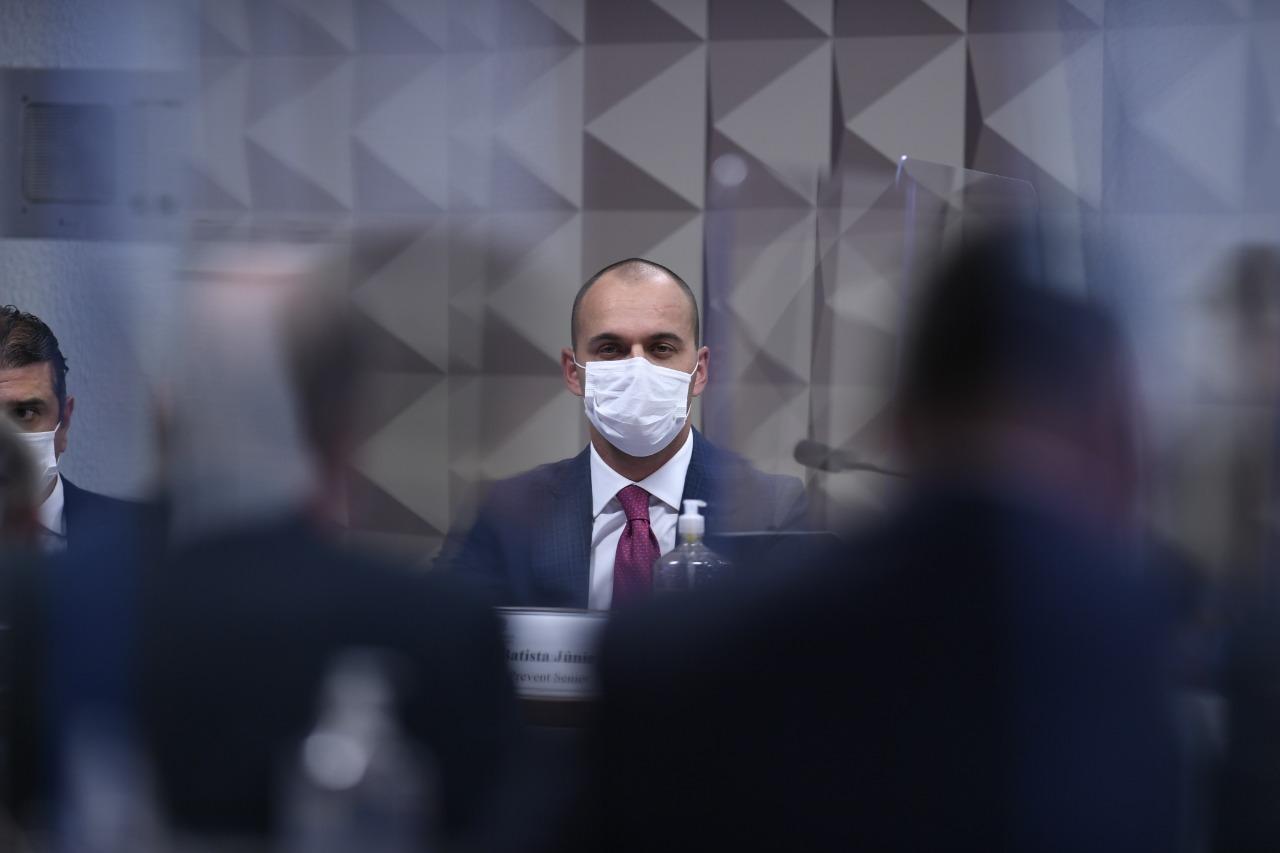 Depoente de terno e máscara em comissão do Senado