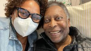 Filha de Pelé postou foto ao lado do pai e tranquilizou os fãs
