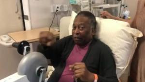 Pelé fazendo fisioterapia no Hospital Albert Einstein