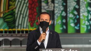 O governador João Doria falando em coletiva de imprensa