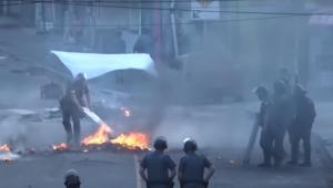 Policiais tentam conter fogo