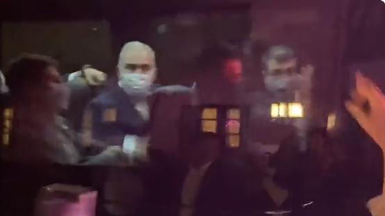 Marcelo Queiroga em van faz gesto obsceno para manifestantes