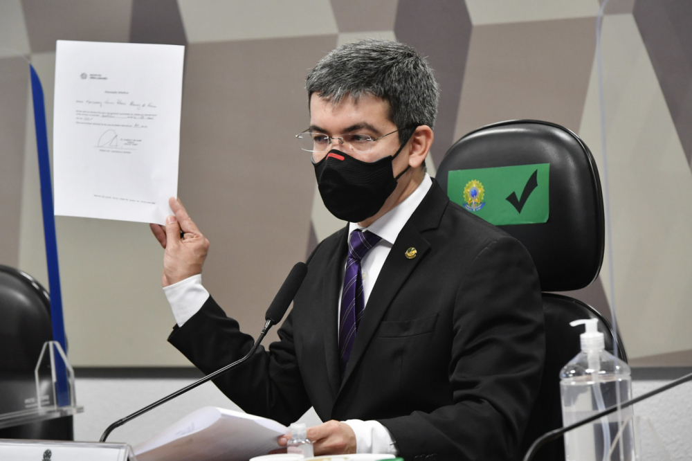 Randolfe Rodrigues mostra atestado apresentado