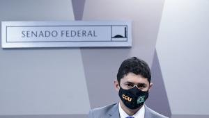 Homem de máscara em sessão do Senado