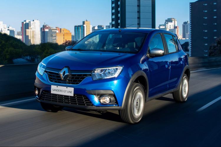 Carro Renault Sandero azul andando em estrada em cidade