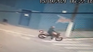 imagem de câmera de segurança mostrando homem em moto