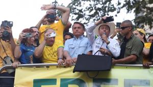 Rodeado por aliados, o presidente Jair Bolsonaro cumprimenta apoiadores de cima do carro de som na Avenida Paulista, na região central de São Paulo