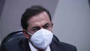 Homem de máscara em comissão do Senado