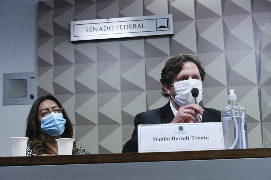 Homem acompanhado de advogado em sessão da CPI