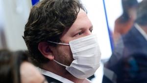 Foto de perfil de homem de máscara