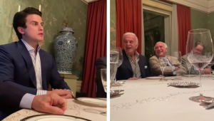 Montagem com duas fotos, uma em que André Marinho, jovem de 26 anos de terno, está falando em uma mesa de jantar, e a outra onde Michel Temer e Kassab aparecem também à mesa, rindo