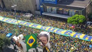 """Imagem aérea de faixa escrita """"vou para a guerra"""" nas manifestações em apoio ao presidente Jair Bolsonaro"""