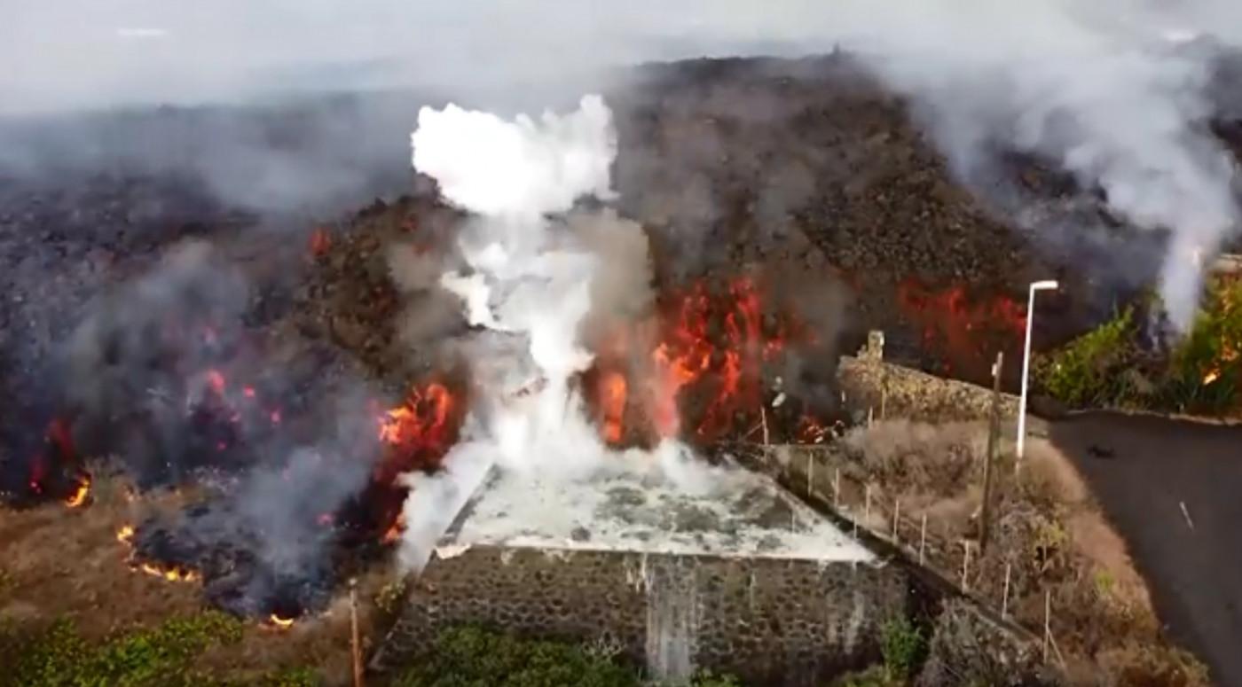 lava de vulcão engolindo piscina nas ilhas canárias