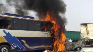 Ônibus pegando foto após acidente. Veículo é branco, azul e amarelo.