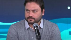 Filipe Sabará fala no microfone do estúdio do programa Pânico
