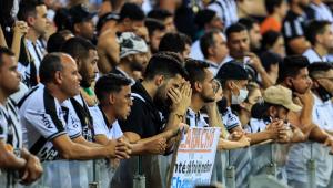 Torcedores do Atlético Mineiro lamentam a eliminação da equipe para o Palmeiras nas semifinais da Copa Libertadores 2021, no Estádio Mineirão