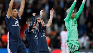 Jogadores do PSG comemoram vitória contra o RB Leipzig, na Liga dos Campeões
